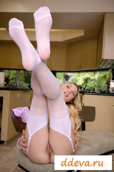 Крашеная полненькая блондинка