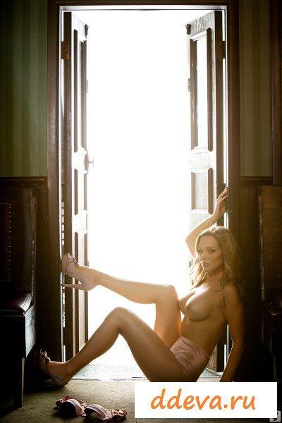 Лучи солнца поглотили ее тело
