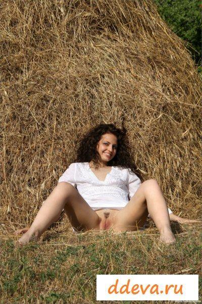 Колхозница шлепает себя сеном