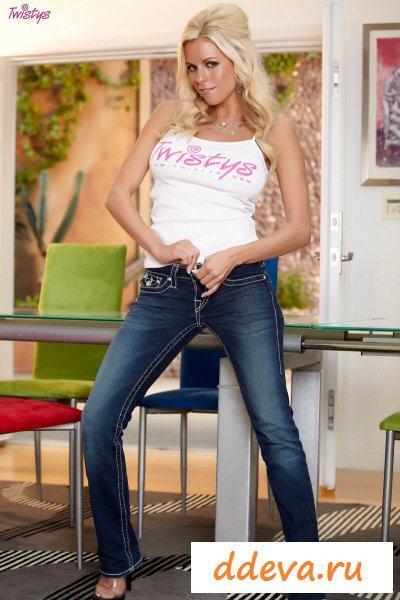 Сексапильная леди в джинсах