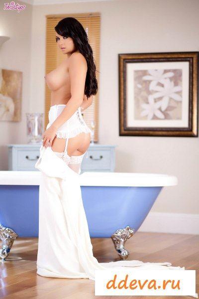 Бухая брюнетка в ванной