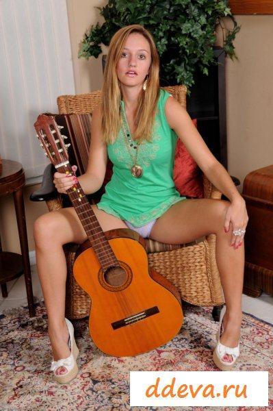 Пьяная гитаристка после выступления » Голые девушки и женщины - фото эротика