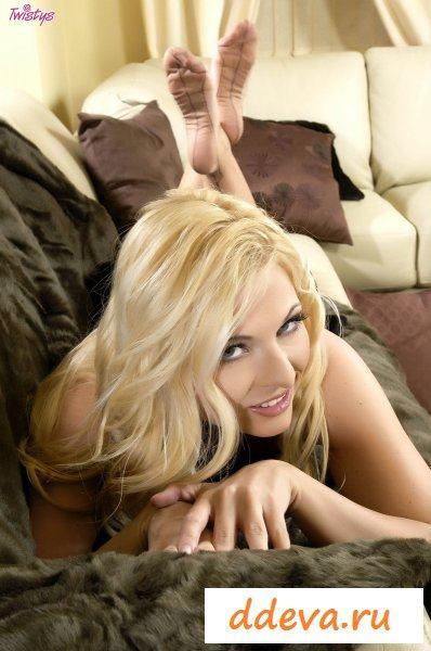Шикарная блондинка пытается снять одежду