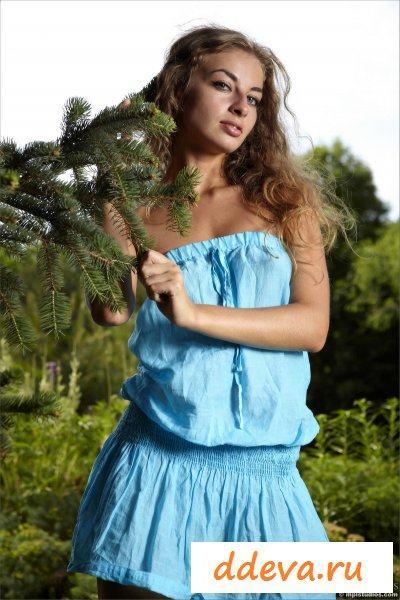 Молоденькая шлюшка и красивая природа