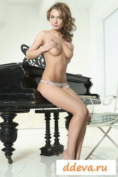 Пианистка учится играть