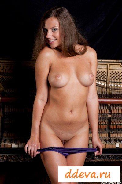 Молодая пианистка после выступления » Голые девушки и женщины - фото эротика