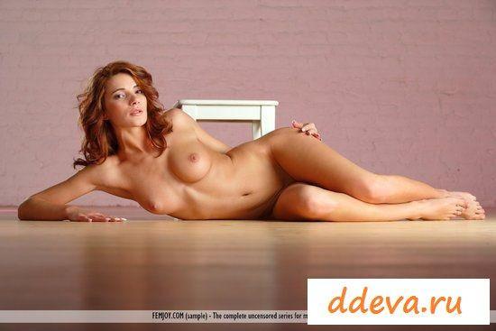 Рыженькая на деревянном полу » Голые девушки и женщины - фото эротика
