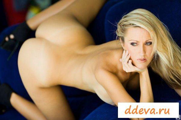 Беатриса на синем диване