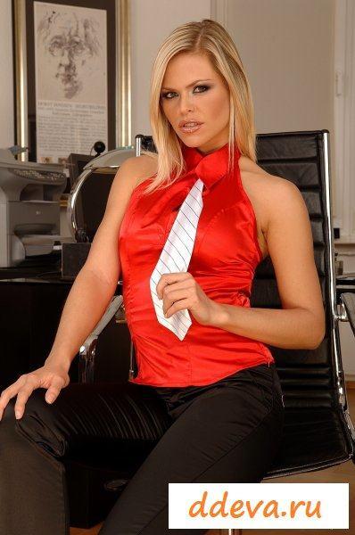 Сладкая блонда шалит в офисе