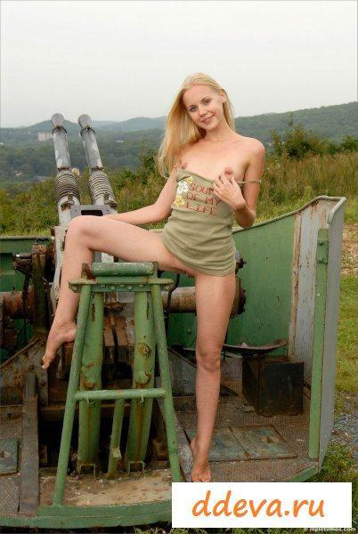 Девчонка обожает большие орудия