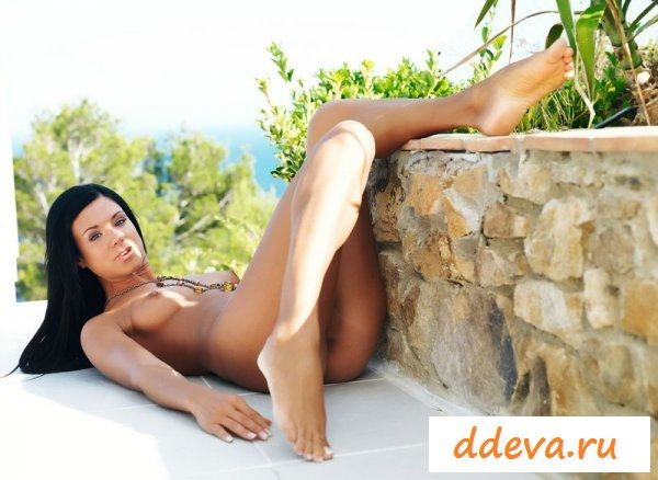 Брюнетка отдыхает на курорте