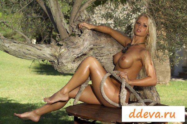 Амазонка с канатом у дерева