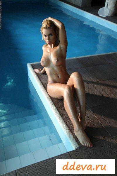 Спортсменка плавает в бассейне