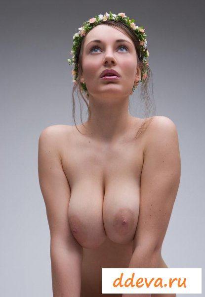 Мечтательная россиянка с венком на голове