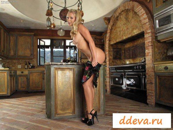 Блондинка с очень красивой и сексуальной попкой