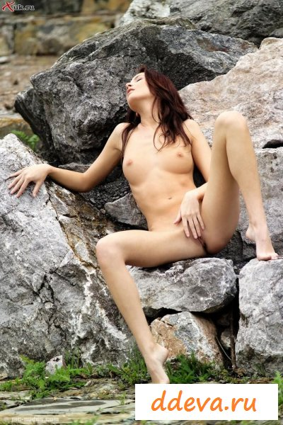 Девочку снимают на природе