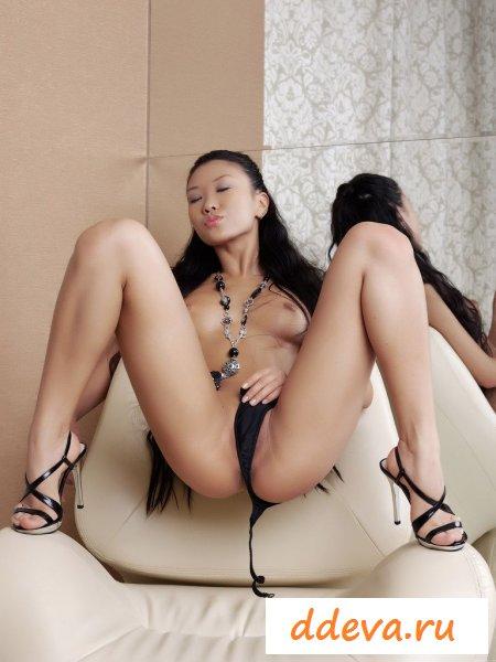 Гордая азиатка с маленькой грудью