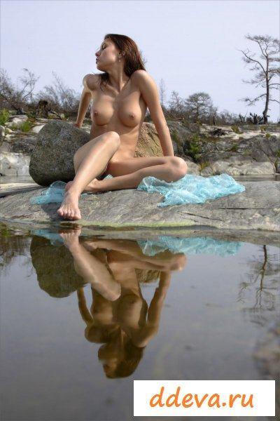 Брюнетка застряла на островке