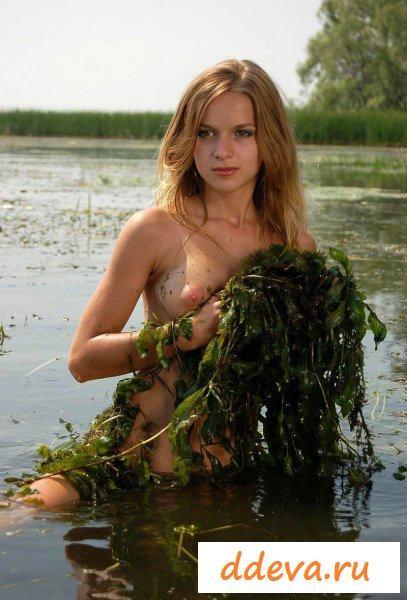Грязная сучка решила искупаться на болоте