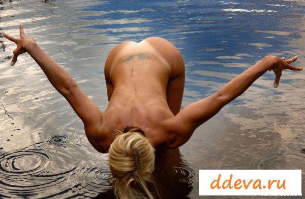 Каратистка тренируется в воде