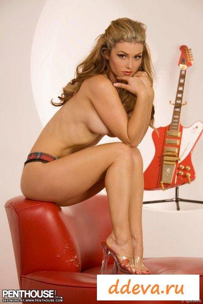 Гитаристка из знаменитой группы