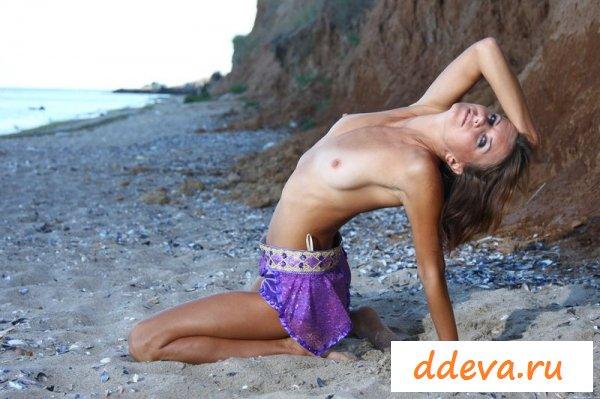 Лера показывает свою песочную попку