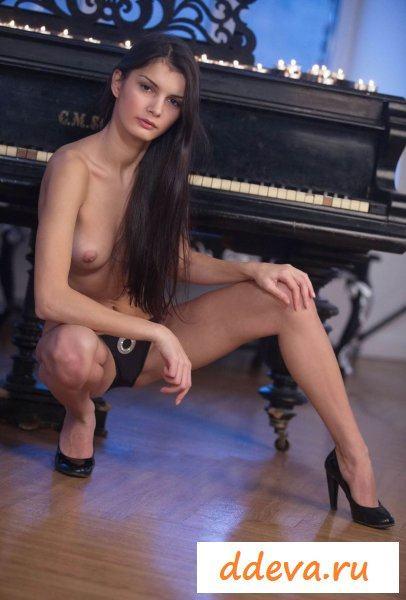 Пианистка у рояля