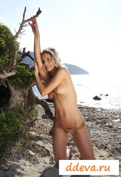 Серфингистка на острове