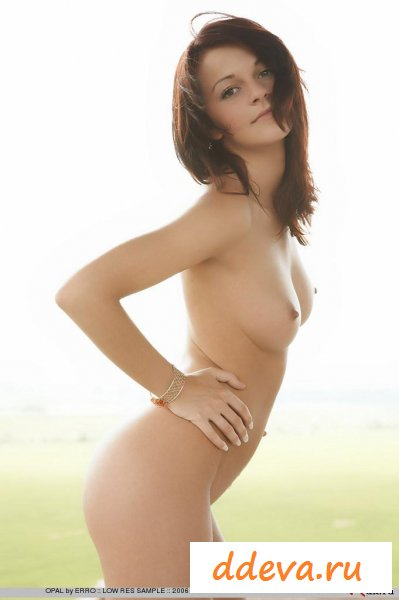 Невысокая голая девица