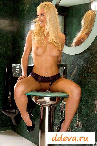 Блондинка собирается на работу