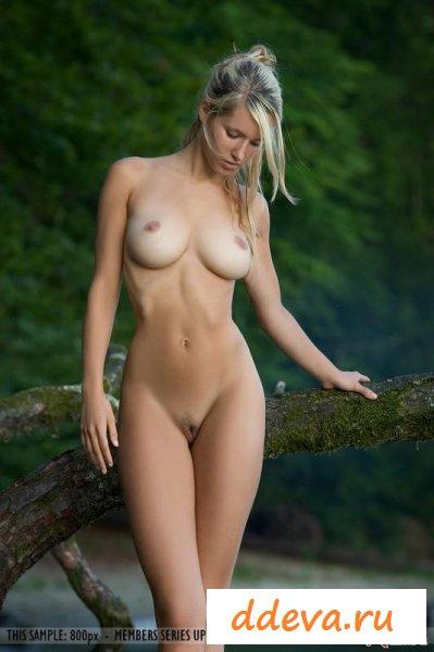 Мадам спешит сфотать белые сиськи
