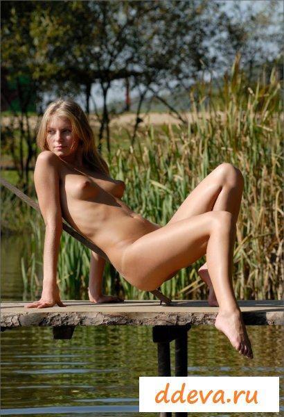 Блондиночка на рыбалке