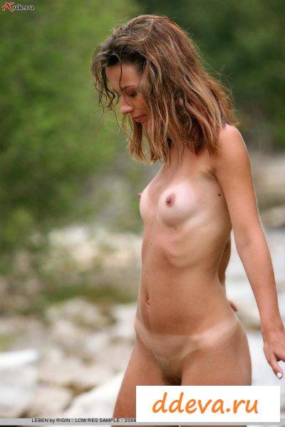 Красивая голая нимфа у маленькой речушки