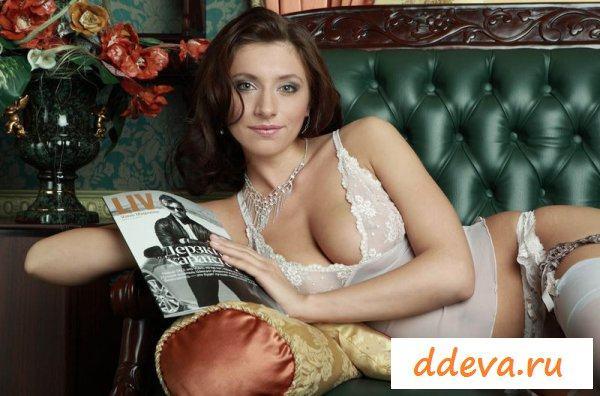 Дочь депутата читает журнал