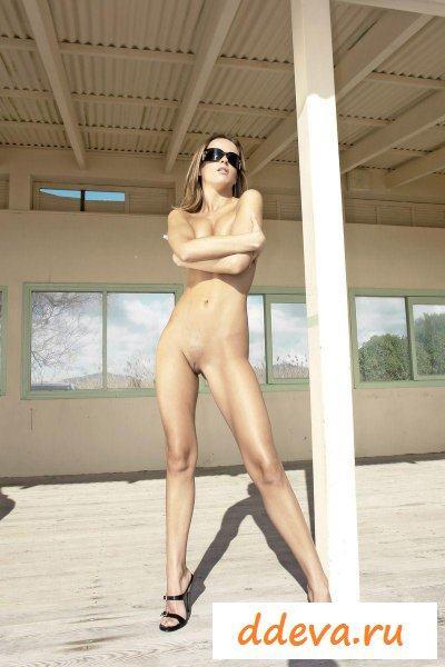 Пляжная лапочка с влажными сиськами
