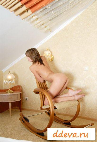 Девка на отцовском кресле