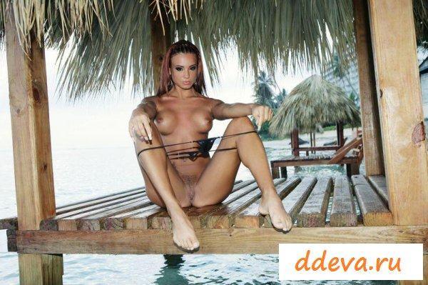 Амазонка на тропическом острове