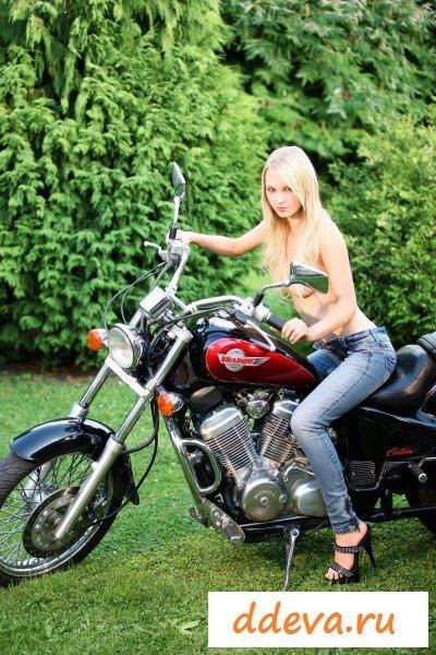 Мотоциклистка у байка