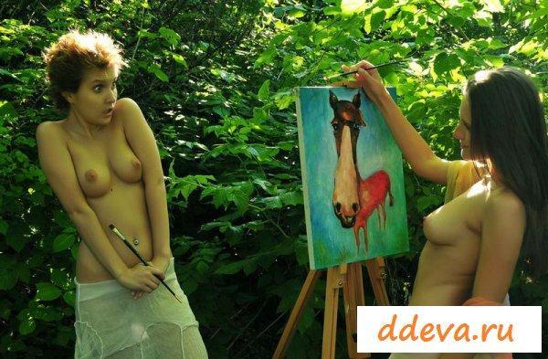 Художница работает над картиной