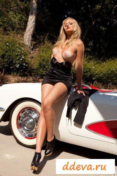 Автомобилистка на высоких каблуках