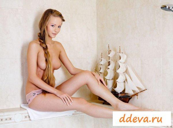 Молодая с корабликом
