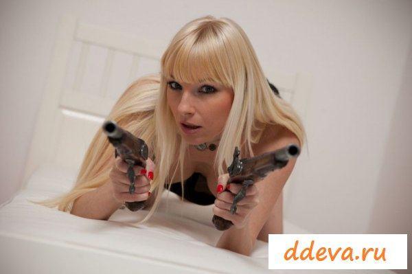Бандитка с пистолетами
