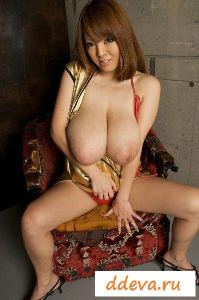Азиатка с гигантскими титьками