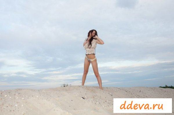 Диана вечером на пляже