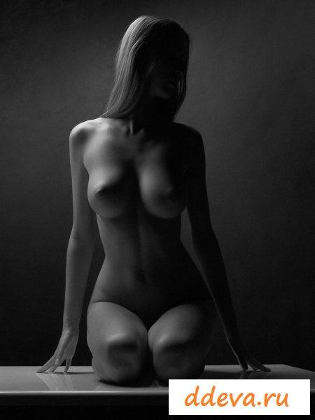 Красивые девки в чёрно-белой фотосессии