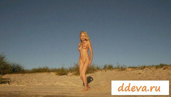 Блонди забавляется на пляже