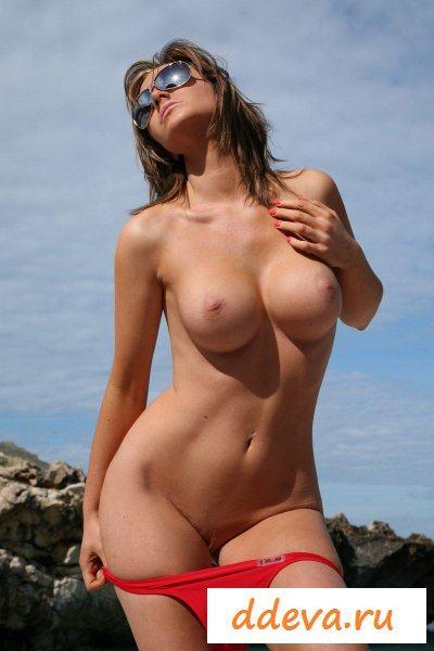 Девица сняла бикини